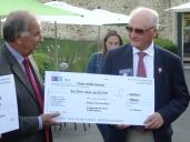 Remise par M. Oravec du chèque de 5000€ à C Michaud (Polio)